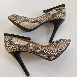 BCBG Generation snakeskin heels strap Sz 9